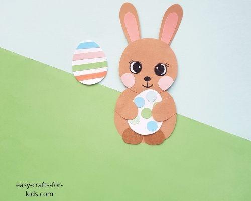 Manualidad con huevos de Pascua con conejito