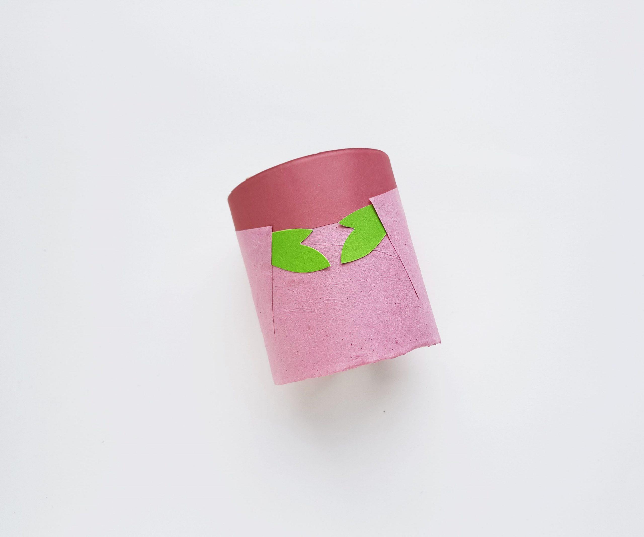 Manualidad Baby Yoda con rollo de papel higiénico