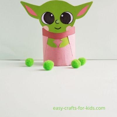 manualidad fácil de Baby Yoda con rollo de papel