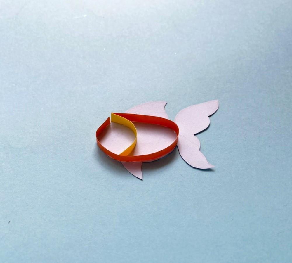 tutorial de artesanía de peces de colores con plumas